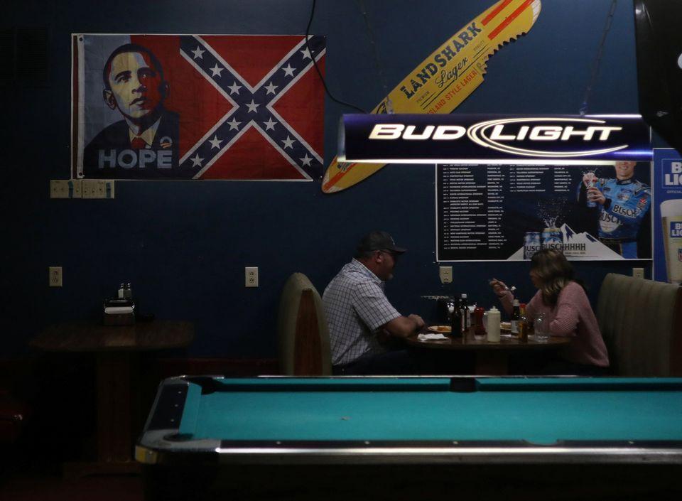조지아주 드레이크타운에 위치한 '조지아 피치 오이스터 바'에 미국에서 인종주의 상징으로 여겨지는 남부연합기와 미국 최초 흑인 대통령 버락 오바마를 나란히 배치한 그림이