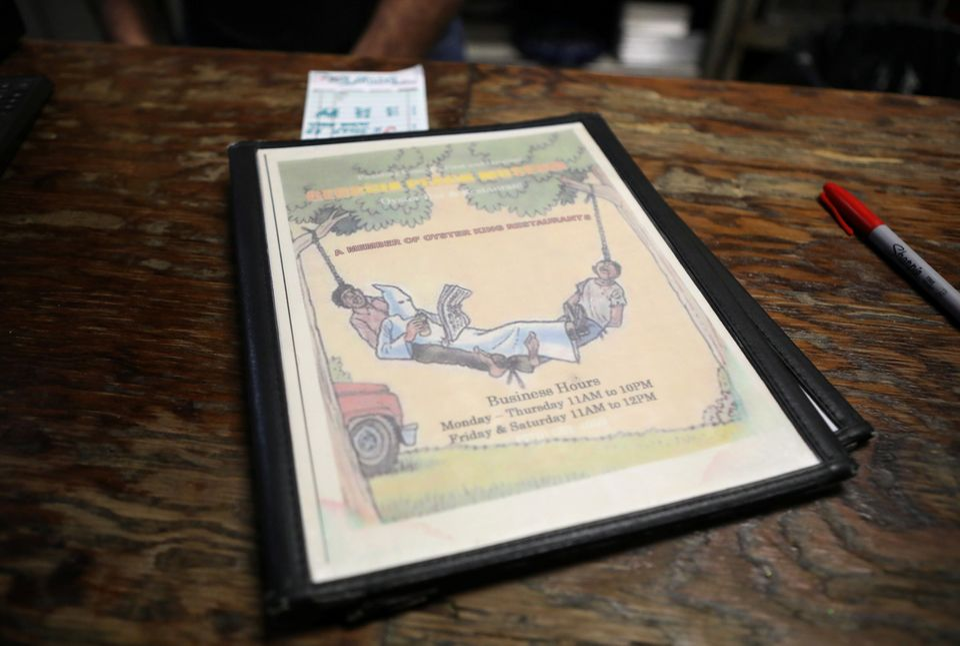이곳의 메뉴판에는큐 클럭스 클랜(KKK) 회원이린치 당해 죽은 흑인 시체 두 구의 발을 묶어 만든 해먹에 누워 쉬고 있는 그림이 그려져있다. 이 레스토랑 뒷마당에서는...