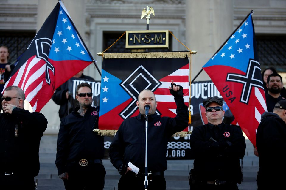 전국사회주의자운동(NSM)을 이끌었던 젭 숍이 아칸소주 의회 앞 시위에서 연설하고 있다. 2018년 11월10일. 이 단체는 미국 나치당에 그 뿌리를 두고