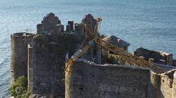 Il vento fa crollare la gru: gravi danni ai Castelli di Cannero, sul lago Maggiore