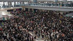 El aeropuerto de Hong Kong suspende sus vuelos de nuevo y la policía emplea gas pimienta contra los