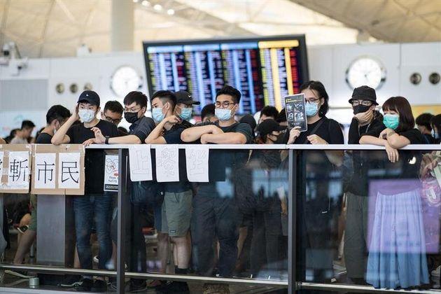 La policía carga contra los manifestantes en el aeropuerto de Hong Kong el segundo día de