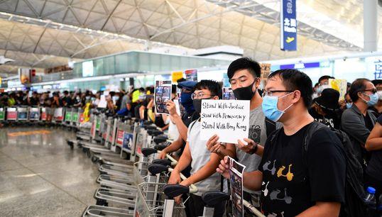 L'aéroport d'Hong Kong, occupé par des manifestants, annule (à nouveau) ses