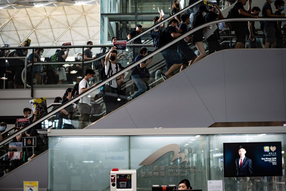 Des contestataires obstruent les allées de l'aéroport de Hong