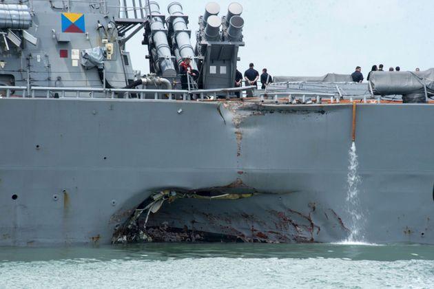L'enfoncement causé par la collision entre les deux navires, le 21 août 2017 près...