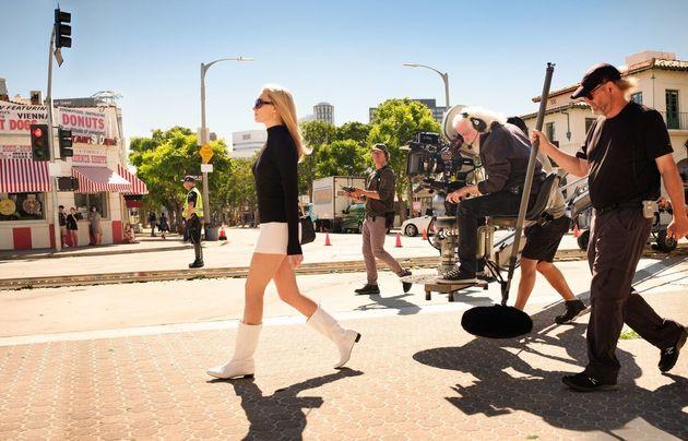 Margot Robbie, ses bottes blanches et les techniciens sur le