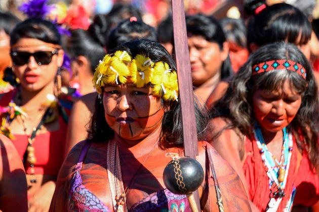 Mulheres indígenas marcham por