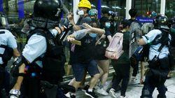 Violenti scontri all'aeroporto di Hong Kong. Pechino muove truppe al confine (di U. De