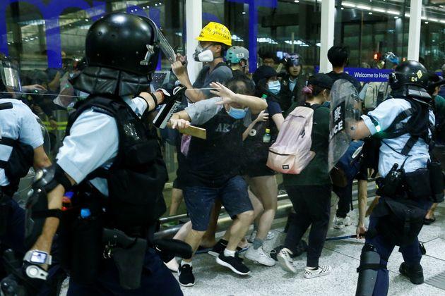 Violenti scontri all'aeroporto di Hong Kong. Pechino muove truppe al