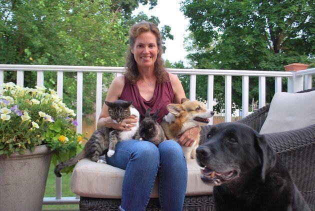 Ashley Collins avec sa chatte Sugar, son lapin Cacao et ses deux chiens, Charlie et