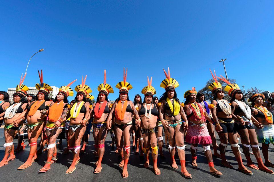 Cerca de 2 mil mulheres indígenas marcham em Brasília (DF) nesta terça-feira
