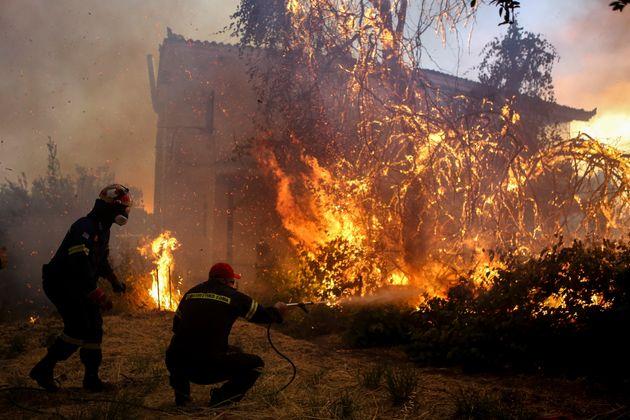 Εκτός ελέγχου η φωτιά στην