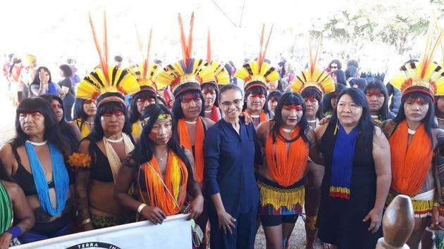Marina Silva ao lado de mulheres indígenas que marcharam em Brasília na última terça-feira