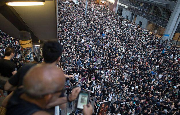 Tras recuperarse la normalidad en el aeropuerto de Hong Kong, la Policía carga contra manifestantes frente...