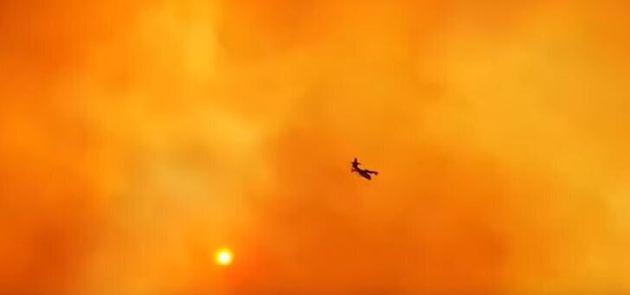 Κολασμένος ουρανός: Συγκλονιστικό βίντεο με Καναντέρ από τη φωτιά στην