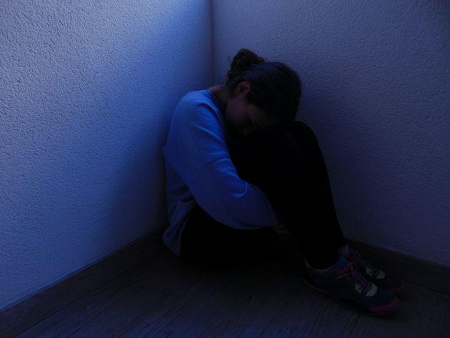 Violentata e costretta a prostituirsi per dieci anni da cinque aguzzini a