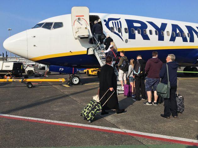 Pasajeros de Ryanair embarcando en