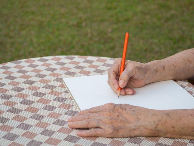 Un brazo roto (escrito con un dedo —y un