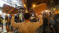 A Hong Kong i manifestanti arretrano, i blindati