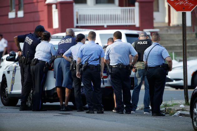 La police de Philadelphie intervient alors qu'elle répond à une situation de tir actif,...