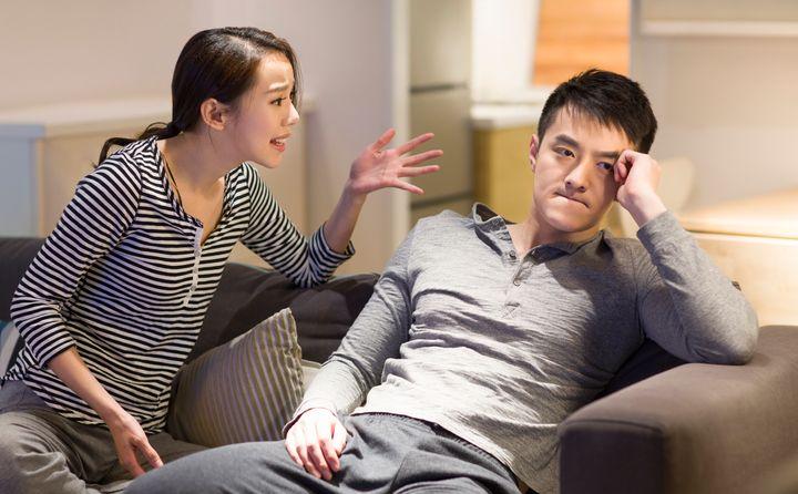Com o tempo, julgamentos e atribuições de culpa podem magoar o parceiro e até mesmo acabar com o relacionamento.