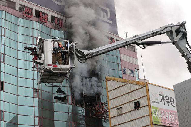 15일 오전 서울 중구 남대문로에 있는 남대문 오피스텔에서 화재가 발생해 소방대원들이 화재 진압을 하고
