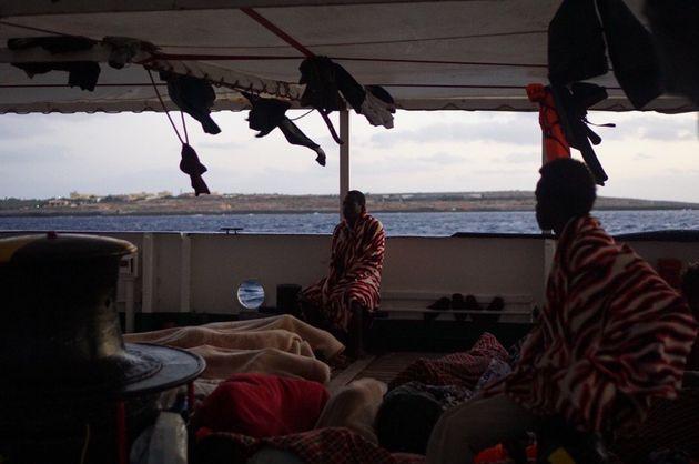 Imagen de la cubierta del buque de Open Arms, donde los migrantes aguardan la entrada en