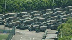 香港との境界に中国人民武装警察の部隊が集結。装甲車や武装警官が行進、アメリカは強く牽制。