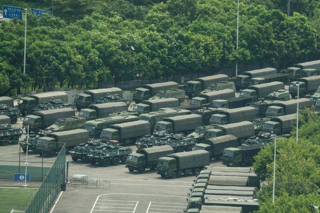 スタジアムに集結した中国人民武装警察の輸送車や装甲車