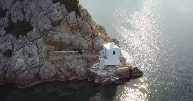 Μέθανα «Κρασοπαναγιά». Το γαλάζιο εκκλησάκι της Πελοποννήσου που είναι φτιαγμένο από κρασί και
