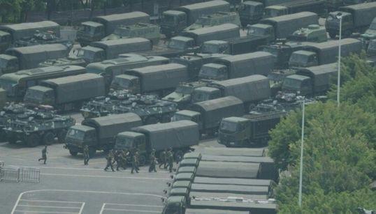 Hong Kong: troupes chinoises à la frontière, Trump
