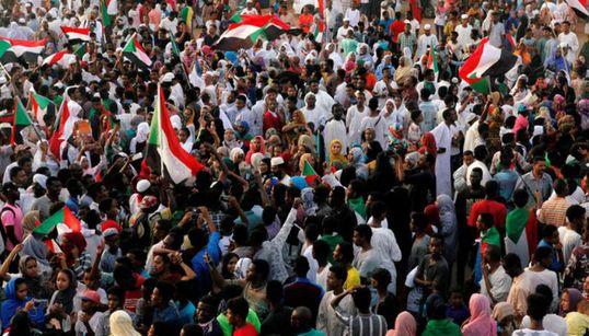 """Soudan: les militaires promettent de """"protéger la transition"""