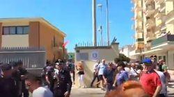 Gavettoni per l'arrivo di Salvini a Castel Volturno. Il carabiniere: