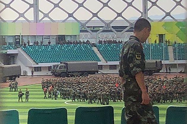 중국 무장경찰과 장갑차가 홍콩 접경지에
