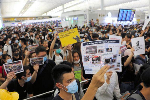 香港国際空港を一時占拠した抗議デモ=2019年8月13日午後10時59分、香港、西本秀撮影