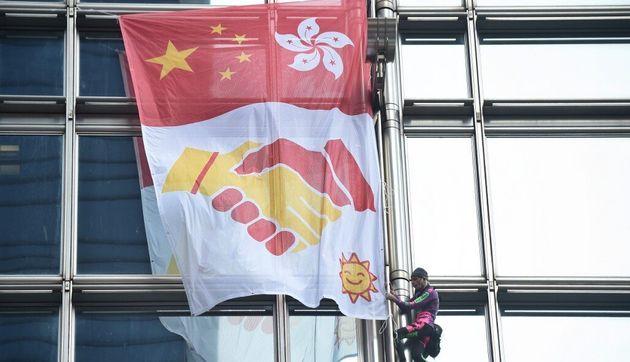 "À Hong Kong, Alain Robert le ""Spiderman français"" escalade un immeuble avec un message de paix"