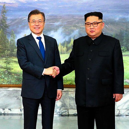 昨年4月、板門店で開かれた南北首脳会談で握手する文在寅大統領と金正恩朝鮮労働党委員長(韓国大統領府提供)