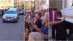 Lacrime e applausi accolgono il feretro di Nadia Toffa nella cattedrale di Brescia