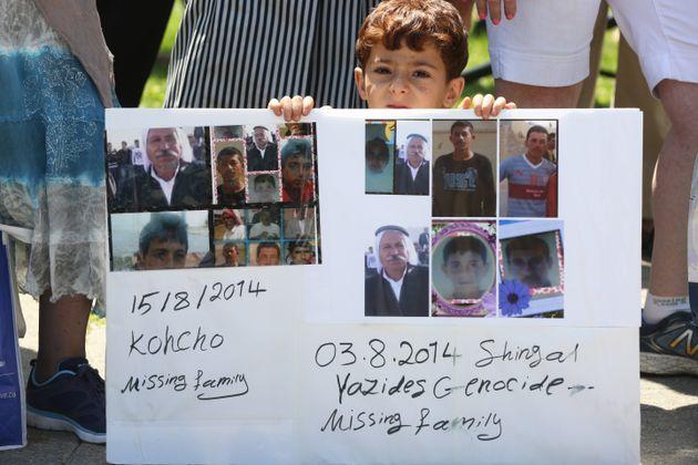 Des Yézidis qui ont fui au Canada manifestent pour revendiquer le terme de génocide contre...