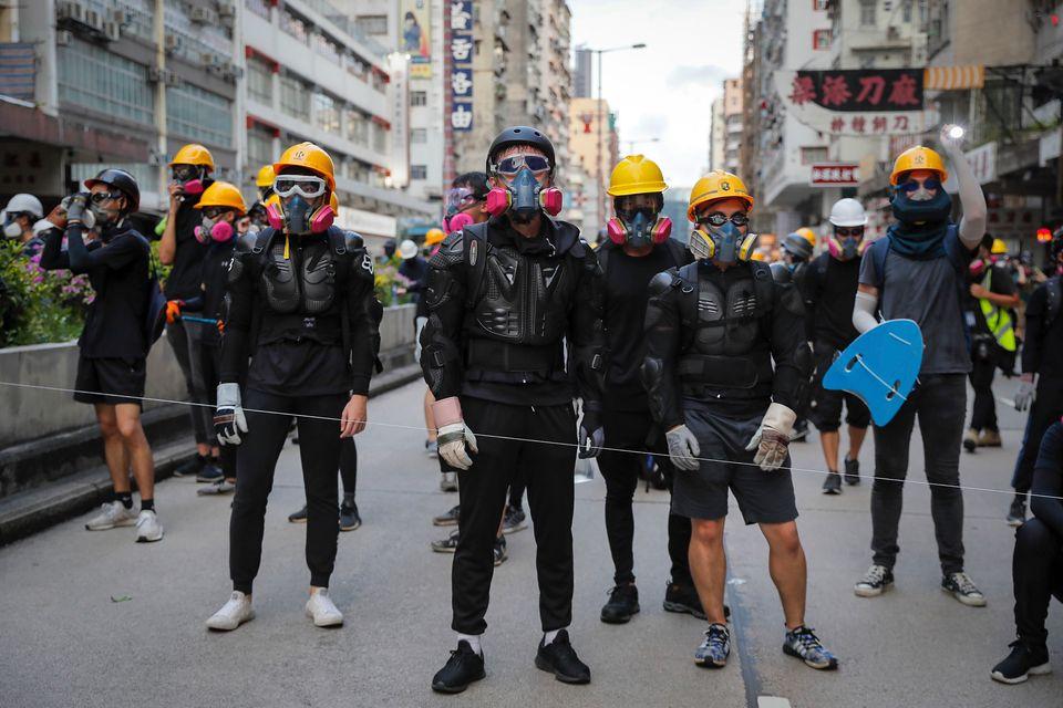 시위에 나선 홍콩 시민들이 안전모와 고글, 장갑 등을 착용한 채 진압경찰에 맞서고 있다. 홍콩, 2019년