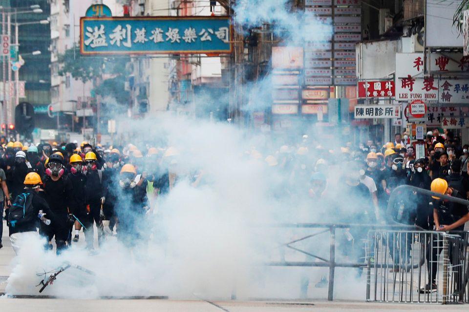 '범죄인 인도법' 반대로 촉발된 이번 시위는 그 어느 때보다 과격한 물리적 충돌이 빚어지고 있다는 점에서 이전의 시위와 다르다. 사진은 샴슈이포(Sham Shui Po, 深水埗区)에서...