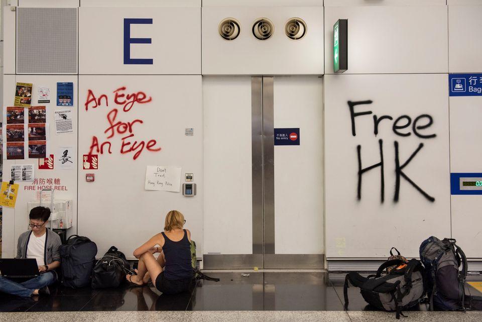 '눈에는 눈', '홍콩에 자유를' 같은 낙서가 홍콩 국제공항 벽에 적혀있다. 2019년