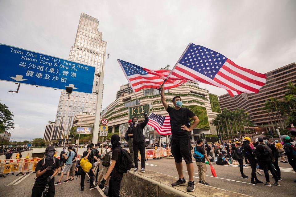 시위대 일부가 미국 국기를 들고 나오는 것도 중국에게는 여론전의 소재가 된다. 사진은 침사추이(Tsim Sha Tsui,尖沙咀) 인근에서 시위대가 성조기를 흔드는 모습....