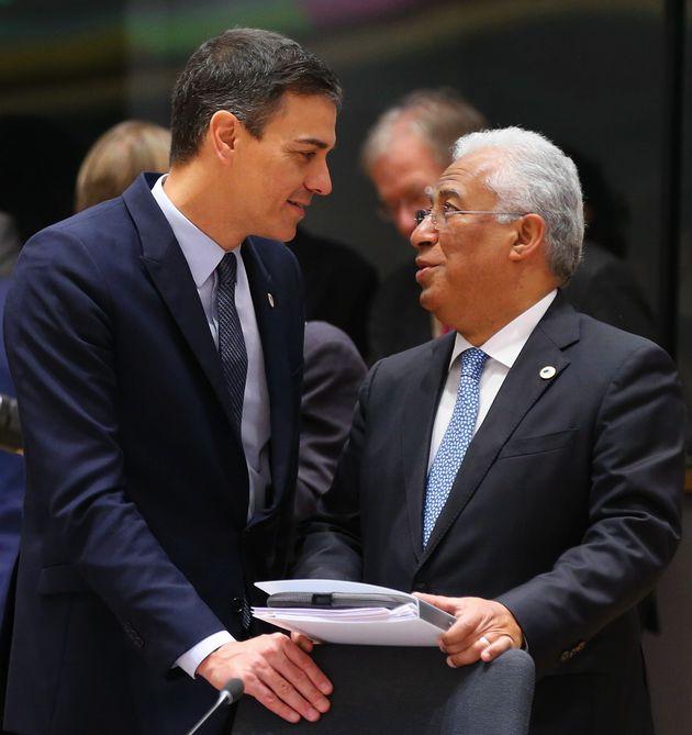 Pedro Sánchez y Antonio Costa, departiendo en un encuentro de líderes europeos en Bruselas,...