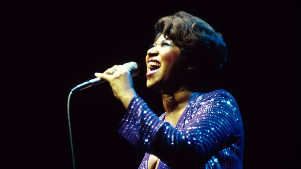 UNITED KINGDOM - JANUARY 01:  NEW VICTORIA THEATRE  Photo of Aretha FRANKLIN, performing live onstage  (Photo by David Redfern/Redferns)