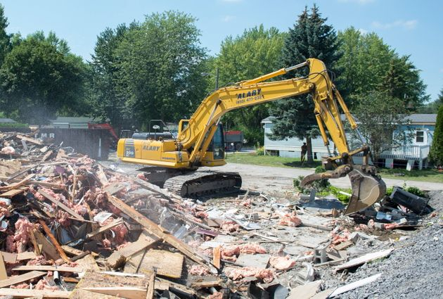 Une équipe dédiée à la démolition s'affaire à ramasser les...