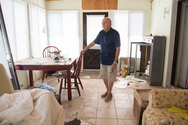 Roland Gariépy, 77 ans, se tient dans sa maison mobile qui sera démolie dans quelques