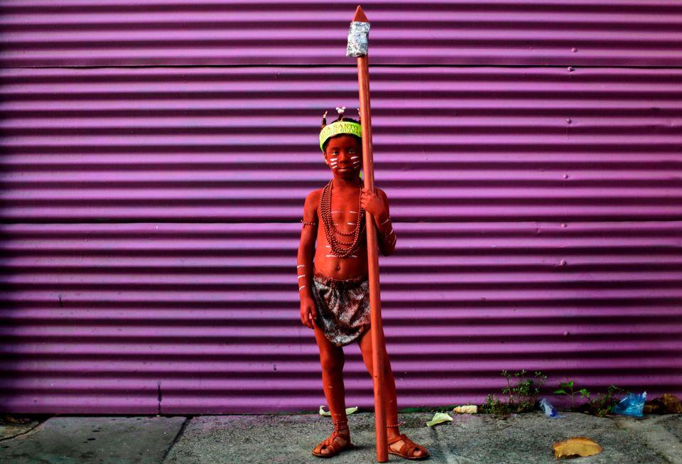 Ένα αγόρι καλυμμένο με πετρέλαιο φωτογραφίζεται κατά το κλείσιμο του δεκαήμερου Φεστιβάλ του Σάντο Δομίνγκο ντε Γκουζμάν στην Μανάγουα, της Νικαράγουα, στις 10 Αυγούστου.