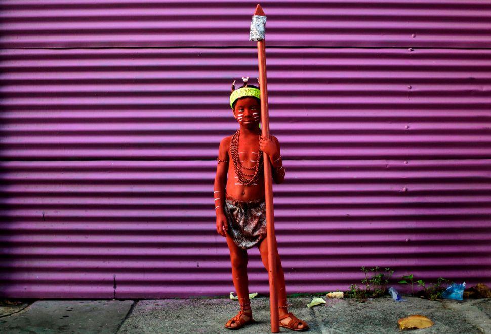 Ένα αγόρι καλυμμένο λάδι φωτογραφίζεται κατά το κλείσιμο του δεκαήμερου Φεστιβάλ του Σάντο Δομίνγκο ντε Γκουζμάν στην Μανάγουα, της Νικαράγουα, στις 10 Αυγούστου.