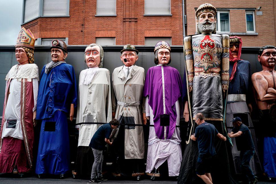 Μέλη των Μεταφορέων των Γιγάντων, στην επαρχία της Λιέγης, στο Βέλγιο, προετοιμάζουν γιγάντιες μαριονέτες, για την φολκλορική παρέλαση στις 15 Αυγούστου, κατά τους εορτασμούς της Ημέρας της Θεοτόκου.